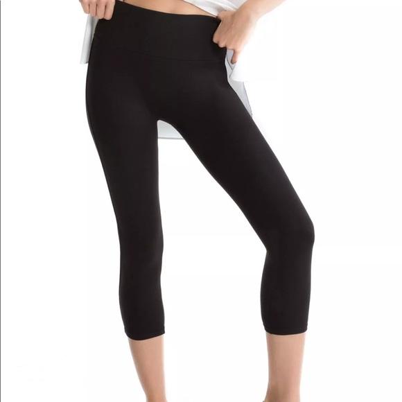 1864339e7 Spanx Black Capri Tummy Control Leggings seamless.  M 5b8ec788dcfb5a768bcdff6f
